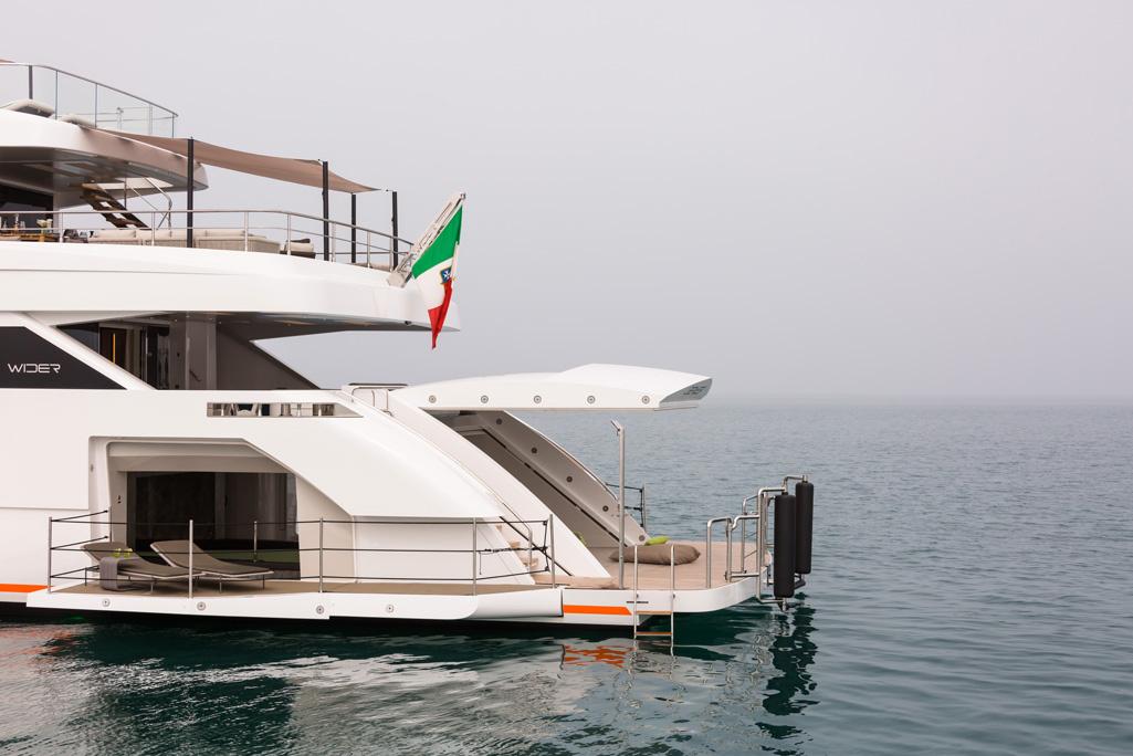 der beachclub auf der superyacht wider 150 robb report. Black Bedroom Furniture Sets. Home Design Ideas