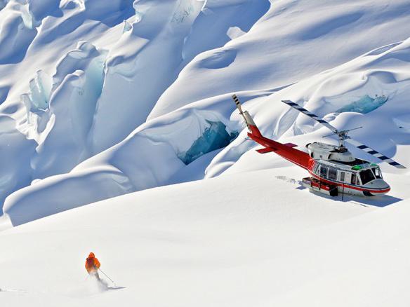Skifahrer mit Helikopter