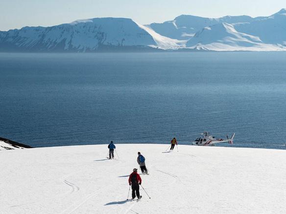 Helikopter und Skifahrer Deplar Farm