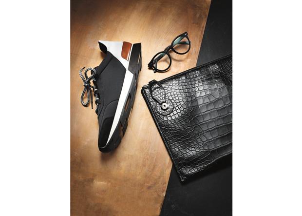 Sneaker von Hermès, Brille von Morgenthal Frederics, Aktenmappe Ralph Lauren