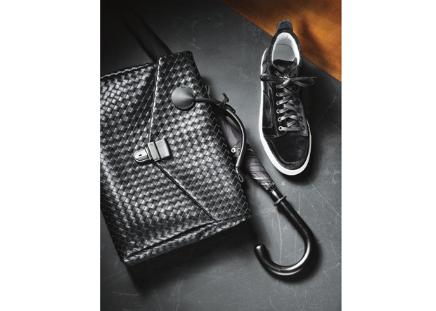 Männertasche von Bottega Veneta, Regenschirm von Fox, Schuhe von Del Toro Shoes