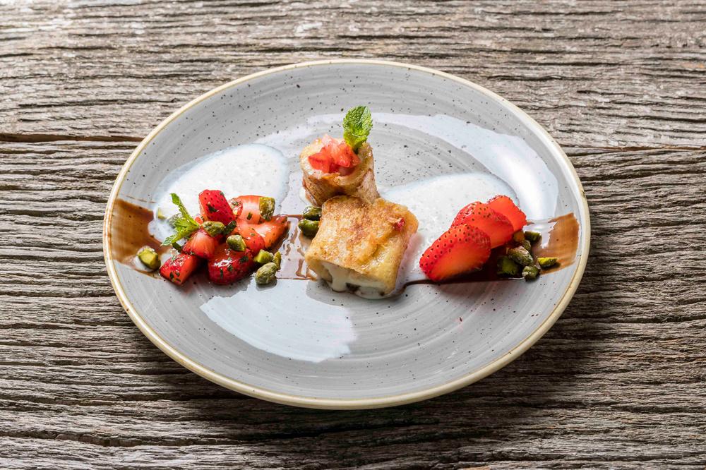 FrenchToast-Involtini mit karamellisierte Pistazien, marinierten Gin-Erdbeeren und Buttermilch-Limetten-Espuma
